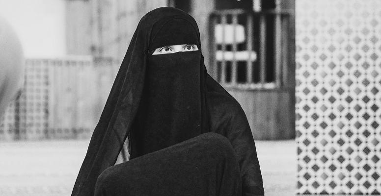 Islam burqa hijab Photo by Elin Tabitha on Unsplash